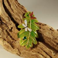 Hoja carballo verde con insectos